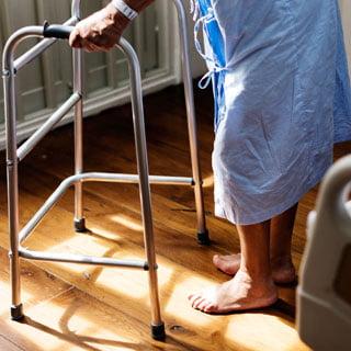 asistencia de personas mayores en hospitales
